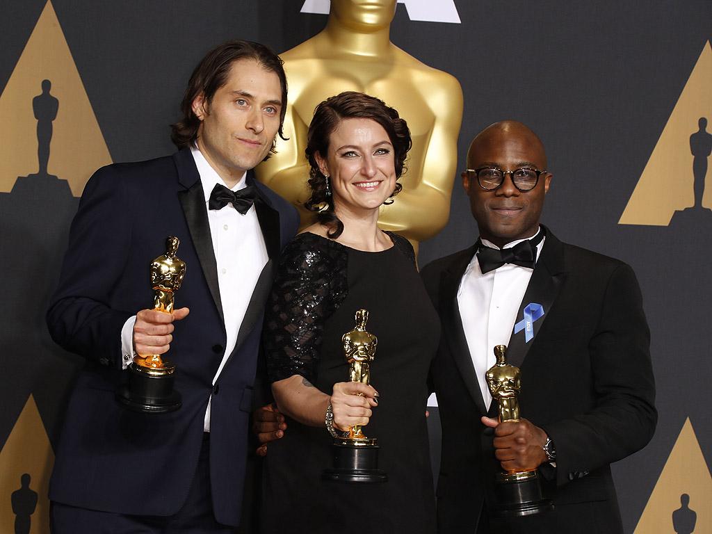 """Джереми Клайнер, Адел Романски и Бари Дженкинс с Оскар за най-добър филм: """"Лунна светлина"""" (Moonlight)"""