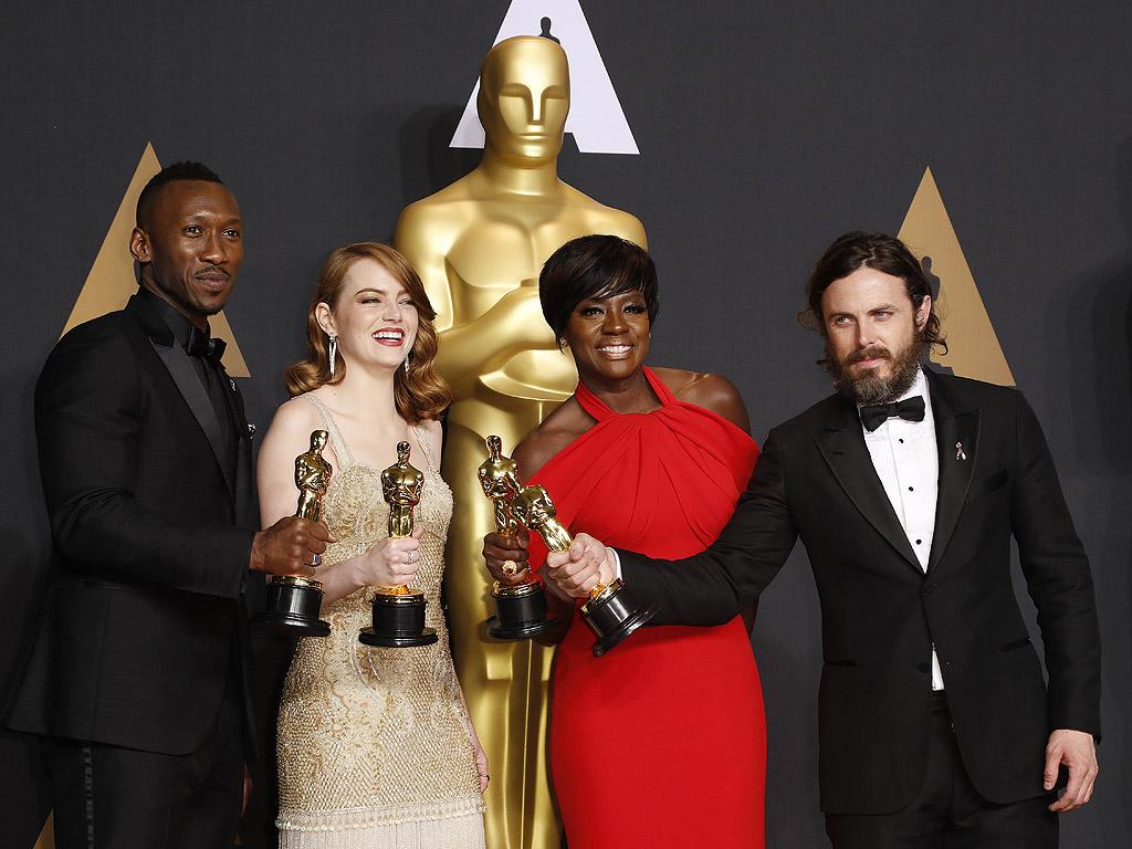"""Махершала Али (""""Лунна светлина"""") най-добър актьор в поддържаща мъжка роля, най-добра актриса: Ема Стоун, """"Ла Ла Ленд"""", Вайола Дейвис (""""Огради"""") най-добра актриса в поддържаща роля и """"Оскар"""" за главна мъжка роля: Кейси Афлек, """"Манчестър от морето"""""""
