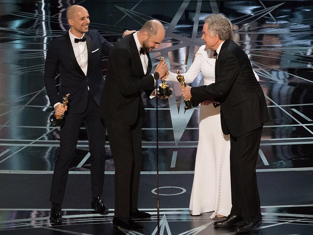 """Легендата Уорън Бийти сътвори най-грандиозния гаф в историята на """"Оскарите"""". За победител в категория – """"Най-добър филм"""", бе обявена лентата """"Ла Ла Ленд"""", но тъкмо когато създателите й триумфираха на сцената, се оказа, че радостта им е прибързана. Продуцентът Фред Бергер обяви: """"Чакайте. Има грешка. """"Лунна светлина"""", вие печелите""""."""