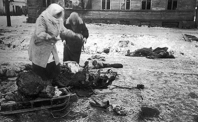 Две жени събират останките от умрял кон за прехрана.