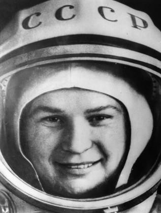 Първата жена космонавт в своя костюм, малко преди да го свали