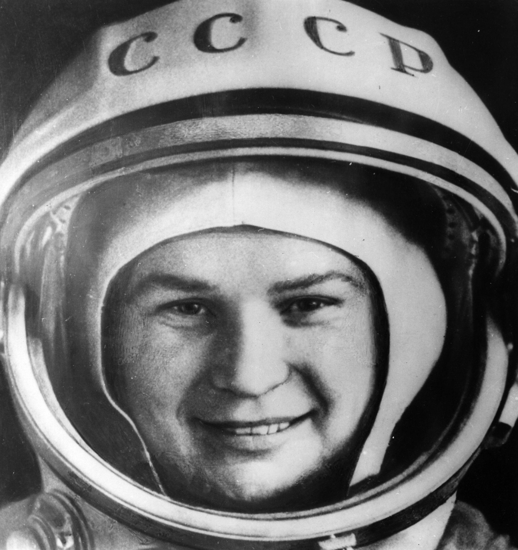 """Тя е първата жена космонавт, която излиза извън земната орбита през далечната 1963 г. Валентина Терешкова е Герой на Съветския съюз, първата жена със званието """"генерал-майор"""" от авиацията, """"Жена на века"""" и настоящ депутат. На 6 март тя навърши 80 години и получи поздравления лично от президента на Русия Владимир Путин, с когото се срещнаха, поговориха, а той ѝ поднесе огромен букет от цветя.Валентина Терешкова е удостоена със званието Герой на Съветския съюз (с медал """"Златна звезда"""") – най-високото отличие на тогавашния СССР. Наградена е и с много други руски, съветски и чуждестранни отличия.Включително и от България – звание Герой на социалистическия труд (с медал """"Златна звезда"""") и орден """"Георги Димитров"""" (9 септември 1963), медал """"За укрепване на братство по оръжие"""" (1976), почетен гражданин (1963) на София, Бургас, Петрич, Стара Загора, Плевен, Варна. Лично се среща и с Тодор Живков."""