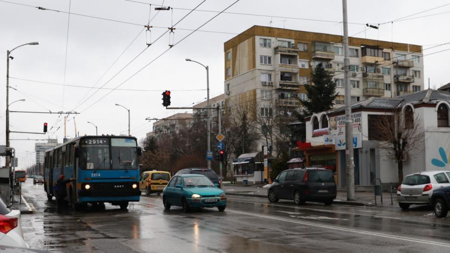 """Автобус и кола се блъснаха в """"Люлин"""", двама пострадали"""