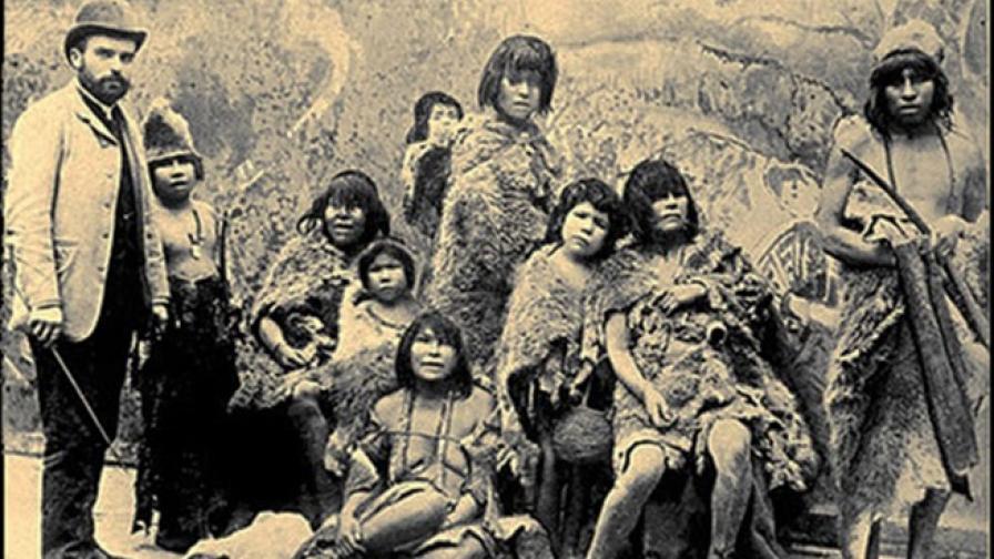 Хора от Чили, представители на коренното население она или селкнам, на път към Европа, за да бъдат вкарани в човешки зоопаркове, 1899 г.