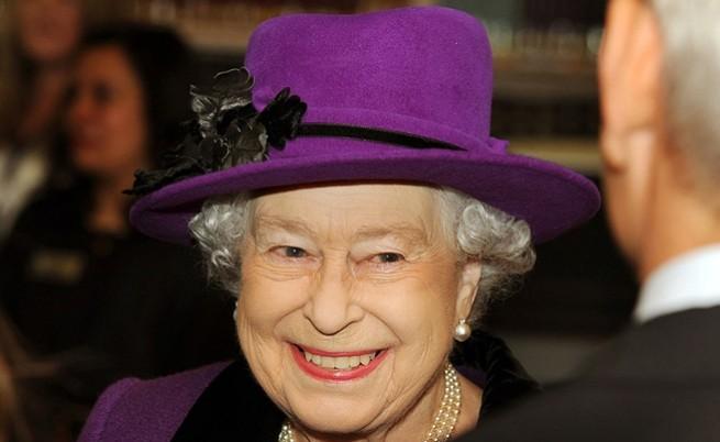 Кралица Елизабет II облечена в кралския цвят - лилаво