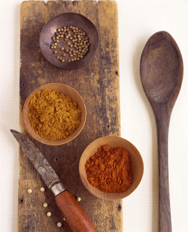 Подправки - увеличават производството на киселини в стомаха и и могат да увредят стомашната лигавица.