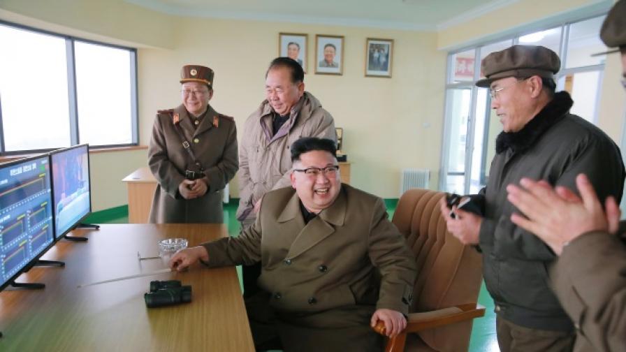 """Северна Корея """"взриви"""" американски самолетоносач"""