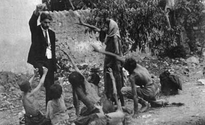 """""""Турски служител дразни гладни арменчета с хляб"""" - въздействието на една фалшива снимка"""