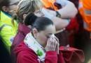"""Жена скърби, по време на церемонията пред летище """"Завентем""""."""