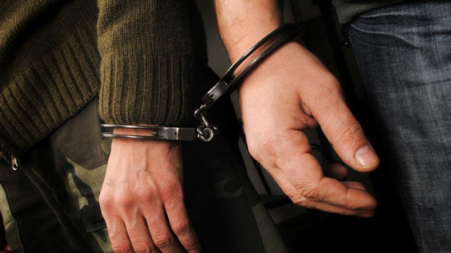 Задържаха двама полицаи за грабеж