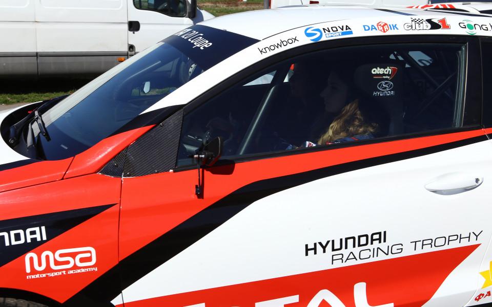 екипажът в едномарковия шампионат Hyundai Racing Trophy Гъркова/Павлова