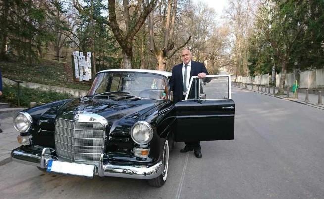 Бойко Борисов пристигна с ретроавтомобил, за да гласува днес