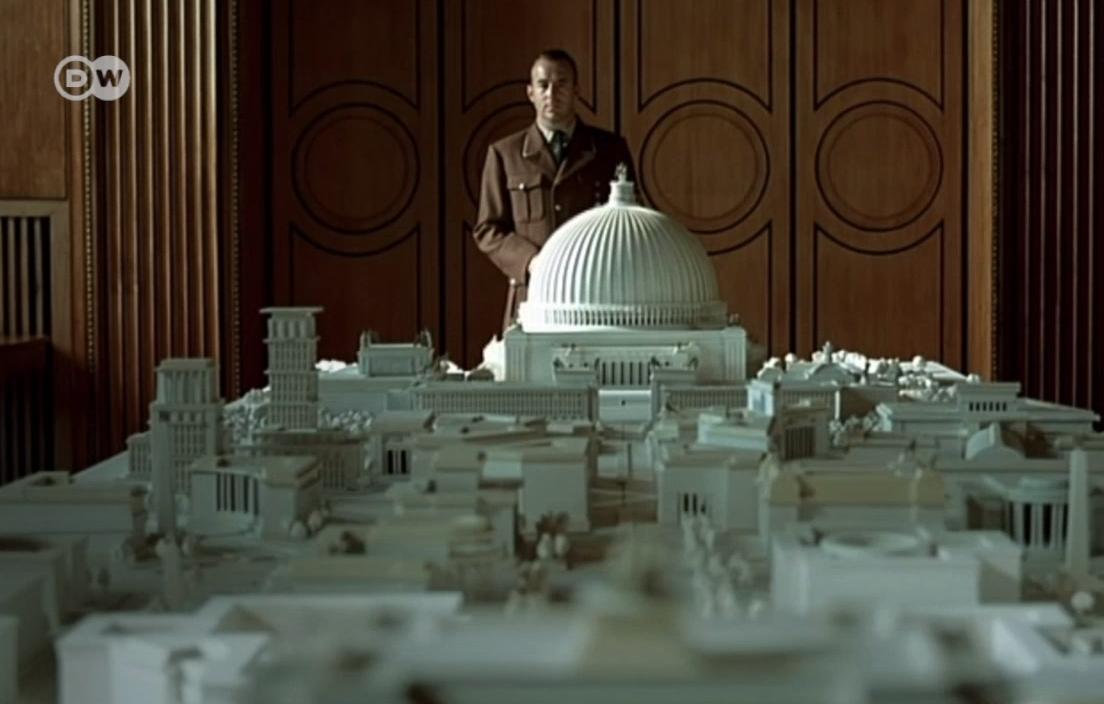 """Много от историческите символи на Берлин свидетелстват за изпълнената с обрати история на XX в. Едно мимолетно сравнение с Бранденбургската врата веднага показва какви мегаломански фантазии е имал Адолф Хитлер за """"Световната столица Германия"""", разказва """"Дойче веле"""". Илюстрират го умалените модели. Като връх на гигантоманията Хитлер е планирал до Райхстага да бъде издигната сграда с купол, висока 320 метра - като символ и център на неговата власт. И още - вижте в снимките"""