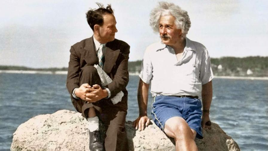 Айнщайн – геният, който не можел да плува, се наслаждава на плажа