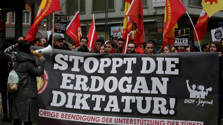 Протест в германския град Кьолн на кюрди и алеви срещу турските репресии