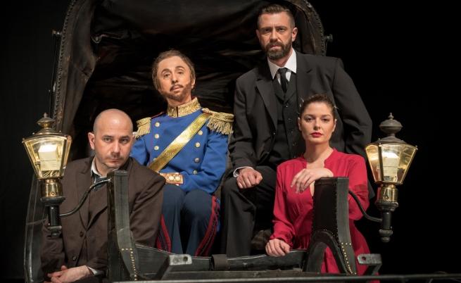 В ролята на Щастливеца (Алеко Константинов) е Калин Врачански