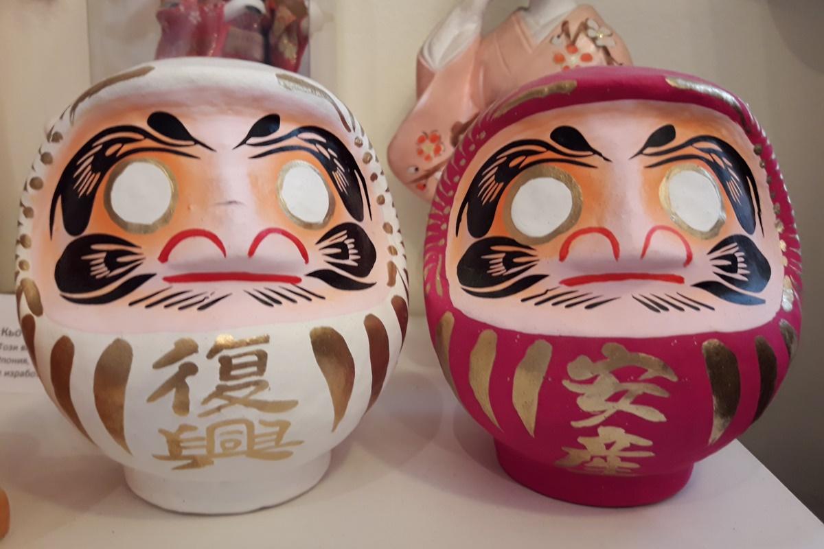 Японските кукли на желанията - Дарума.<br /> Това са най-старият тип кукли в Япония и любим талисман на японците. Символ е на силата на духа.<br /> Японците рисуват лявото ѝ око и си пожелават нещо, а дясното се дорисува, когато желанието се сбъдне.