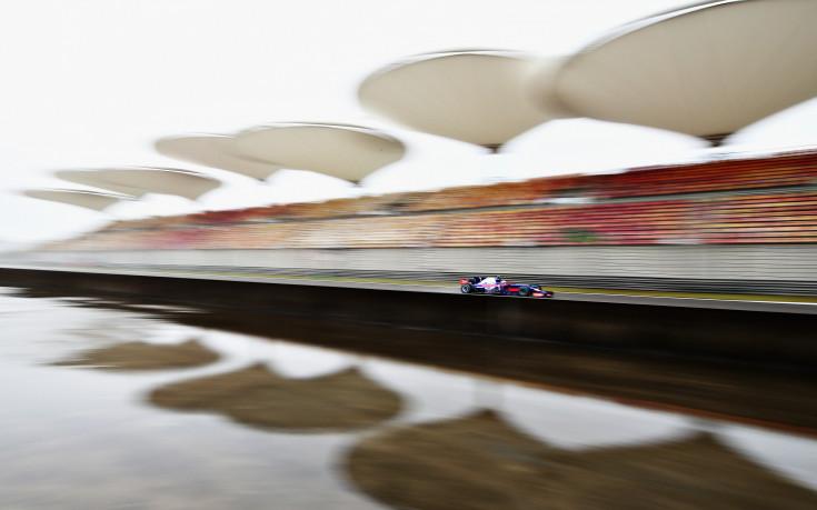 Гран При на Китай увисна жестоко, но остава за неделя