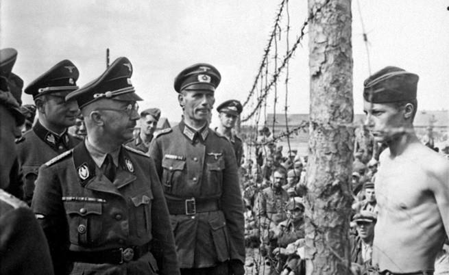Военнопленник си разменя пронизващи погледи с Химлер