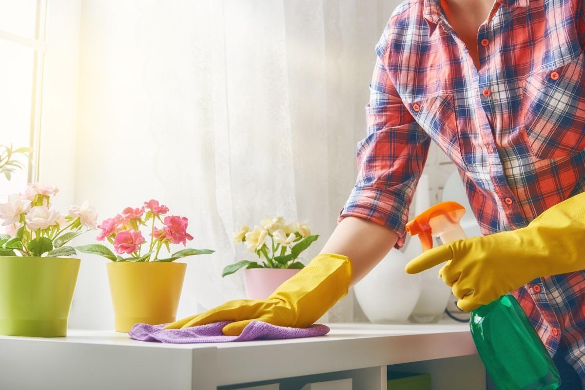 Домакински ръкавици.<br /> Може да изглежда излишно и не много естетично, но е за предпочитане да миеш съдовете с домакински ръкавици, отколкото ръцете ти да станат на шкурка, както казва баба. Да усещаш дланите си изсушени не е по-малко досадно от миенето на чинии, нали?