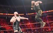 Невероятно: Мощни кечисти счупиха ринга