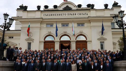 Групова снимка на новите депутати пред Парламента