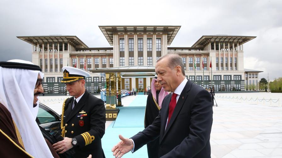 Ердоган посреща саудитския крал Салман в президентския дворец в Анкара