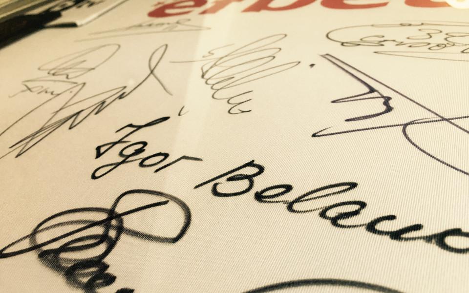 Локо Сф организира наддаване за фланелка с автографи на звезди