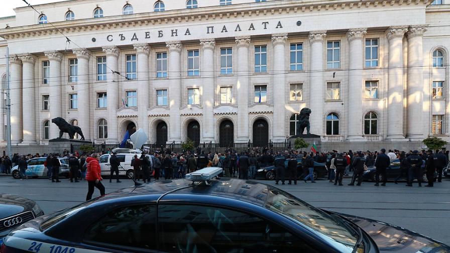 Пред Съдебната палата в София едни искаха оставката на главния прокурор, а други по-ниски цени на природния газ и битовите услуги