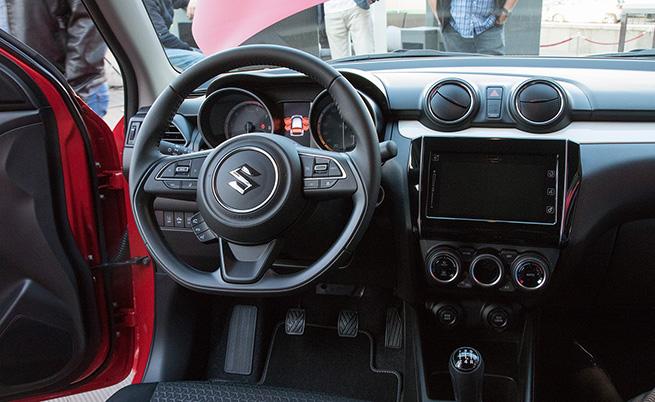 Конфигурацията на салона е позната, като централната конзола е завъртяна на 5 градуса към водача. Централният дисплей е с диаметър 4,2 инча, а мултимедийната система поддържа Apple CarPlay и Android Auto.