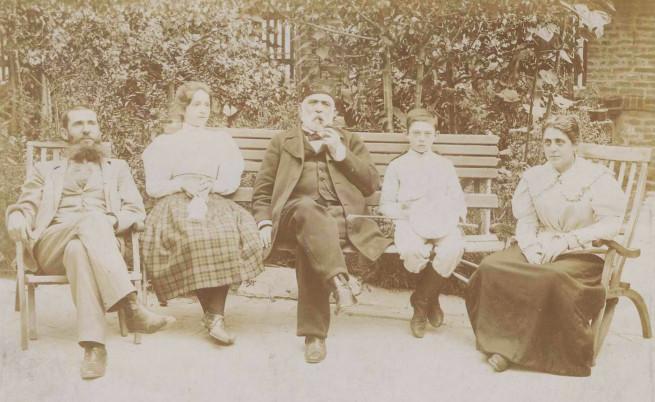 Драган Цанков (в средата) и семейството му в София