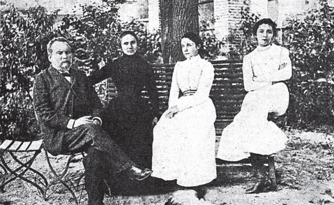 Петко Каравелов, съпругата му Екатерина и дъщерите им Лора и Виола