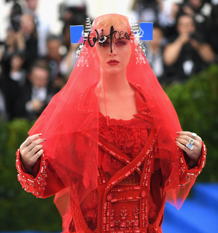 Модното събитие Мет Гала ежегодно е едно от най-чаканите. То събира на едно място редица знаменитости, облечени в чудати костюми, обединени от обща тема.Певицата Кейти Пери е звездата, носила едни от най-скандалните облекла на събитието във времето. Тази година обаче тя успя да изненада всички с визията си и дори се превърна в най-зле облечената звезда. Ето защо