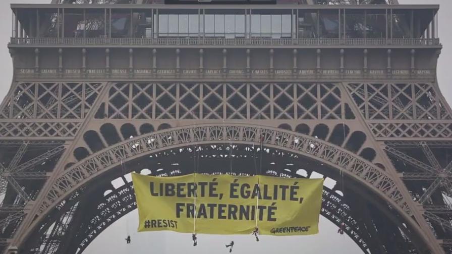 """С огромен жълт трансперант от """"Грийнпийс"""" припомниха лозунга на Френската революция."""