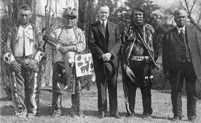 Четирима представители на племето Осейдж с президента Калвин Кулидж след подписването на Акт за индианското гражданство от 1924 г.