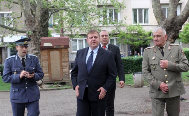 Каракачанов: Привърженик съм на наборната военна служба
