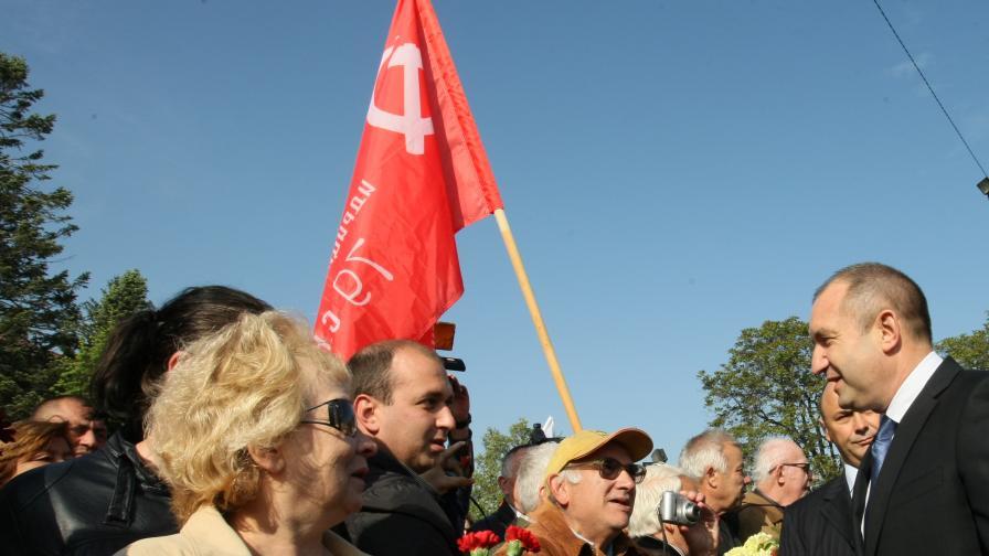 Румен Радев поздравява ветерани и други събрали се граждани пред паметника на Незнайния войн