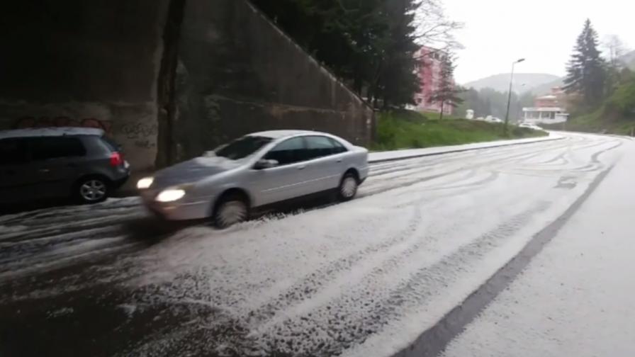 Бури и утре, отнесени улици и наводнени дворове