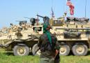 Боец от СЗН на фона на американски военни машини близо до турско-сирийската граница