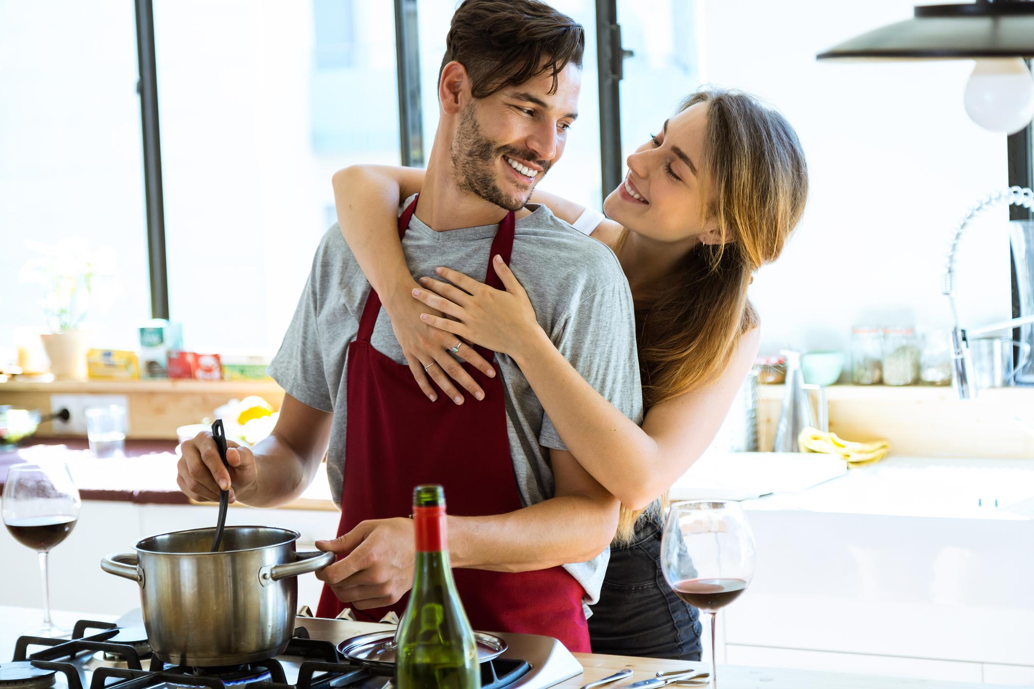 Научете се да готвите поне едно ястие<br /> <br /> Не е нужно да приготвите пълно меню, но ще бъдете с няколко точки напред, ако се научите да приготвите вкусна вечеря. Има достатъчно рецепти в интернет, които се приготвят не само бързо, но са и лесни.