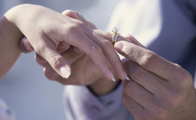 Жена носи годежния си пръстен една година, без да знае