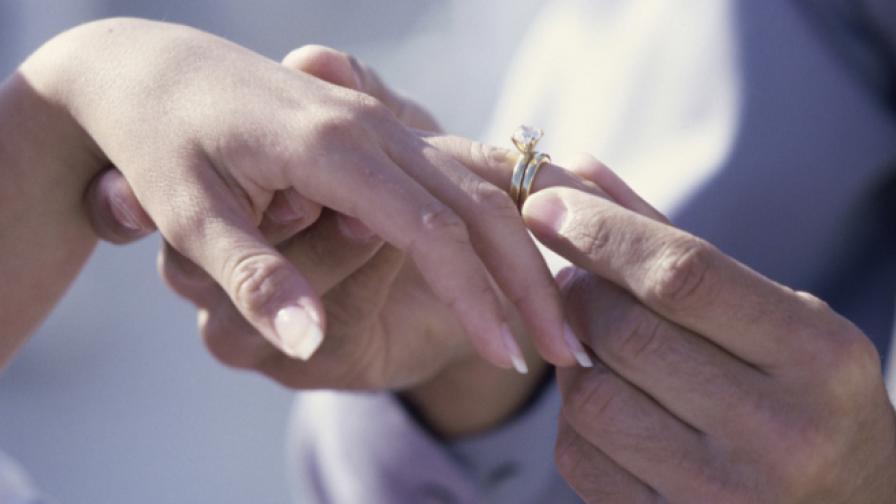 1 година жена носи годежния си пръстен, без да знае