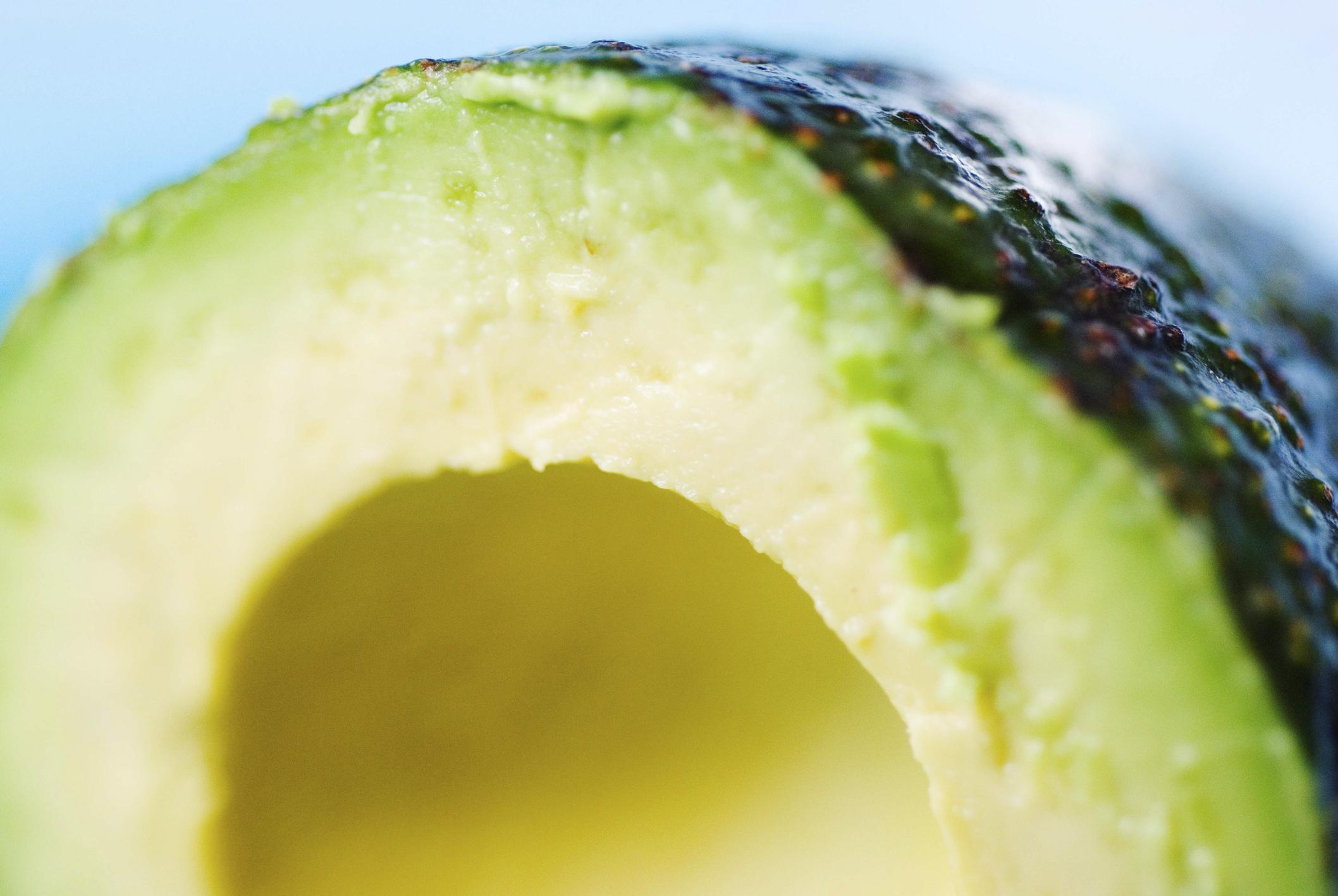 Авокадо: неслучайно го наричат чудото на плодовете. То съдържа много голям процент мазнини, но нямате причина да се страхувате от тях, защото те са полезни за тялото и диетата. Авокадото потушава чувството за глад, богато е и на протеини и фибри, отразява се добре и на нивото на холестерола.