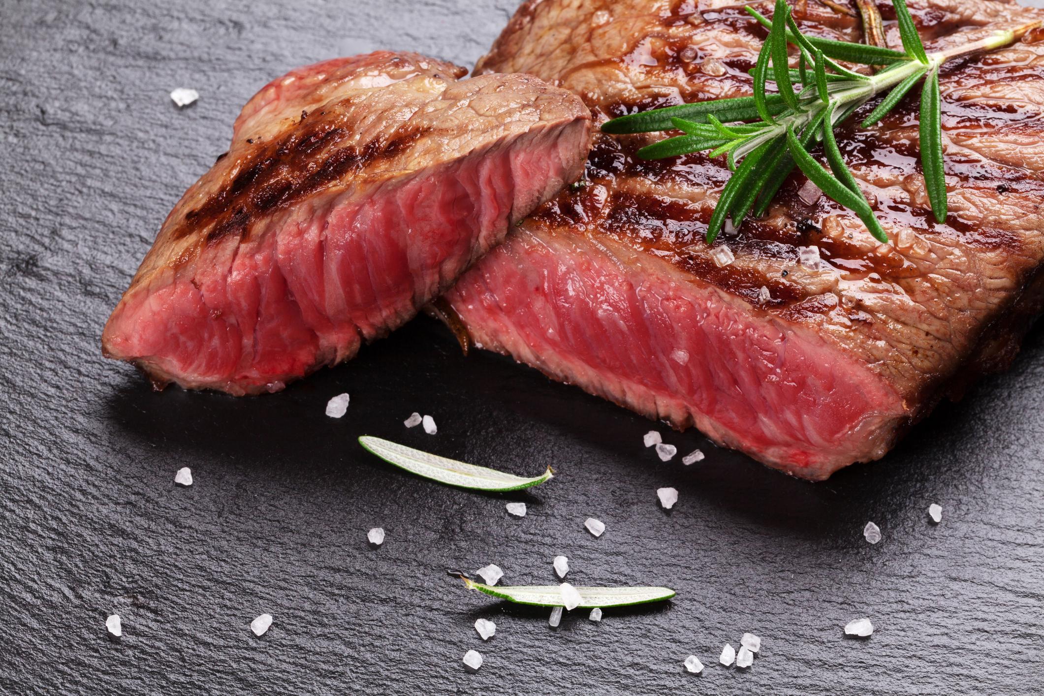 Телешко Това месо съдържа високи нива на омега-3 мастни киселини, които са известни с намаляването на риска от сърдечно-съдови заболявания. И когато става въпрос за талията ни, меса от животни, хранени единствено с треви, съдържат много по-малко калории, а мазнините му всъщност са много полезни за нас, дори и да сме на диета.