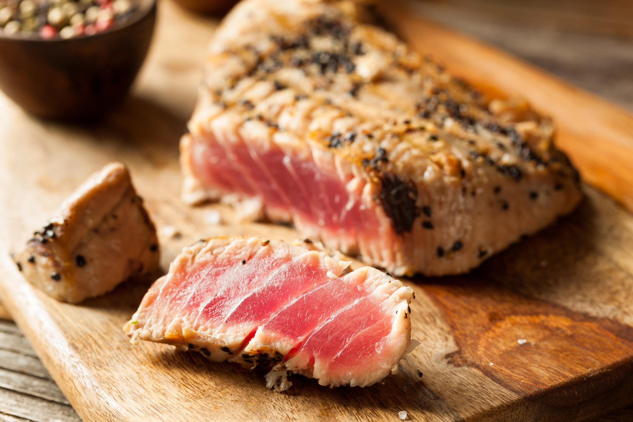 Риба тон: още една безкрайно полезна риба за здравето ни. За предпочитане е сами да си я сготвите вкъщи, отколкото да залагате на консервирания ѝ вариант. Тя е предпочитана при спазващите диета и макар също да е наситена с мазнини, доказано консумацията ѝ регулира мастните гени в областта на корема, предотвратява разширяването на кожата на корема.