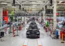 Работници в Tesla твърдят, че не е случайно това, че на официалните сники от завода няма нито един работник, а само празни халета или роботи.