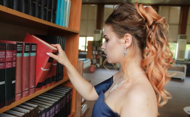 Абитуриентка от Русе се снима на фона на книги