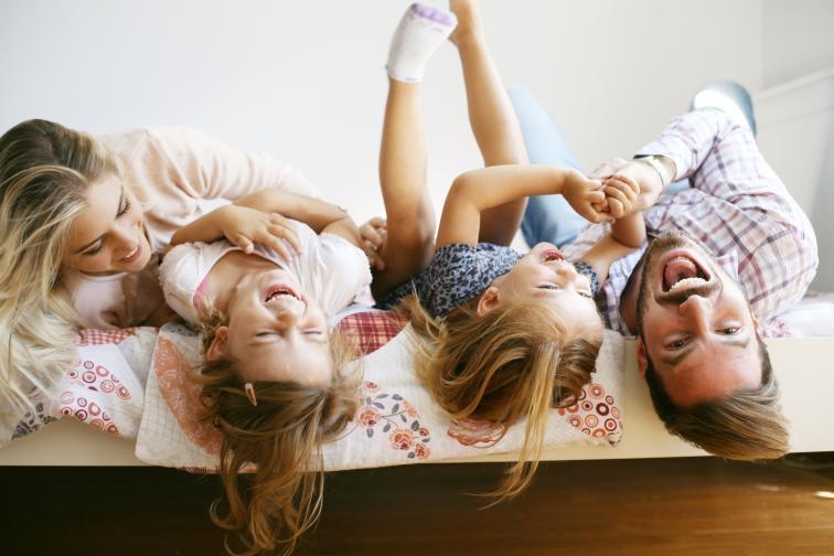 Държат децата далеч от спалнята Спалнята трябва да бъде светилище за вас. Двойките се нуждаят от личен живот и граници, за да останат свързани.