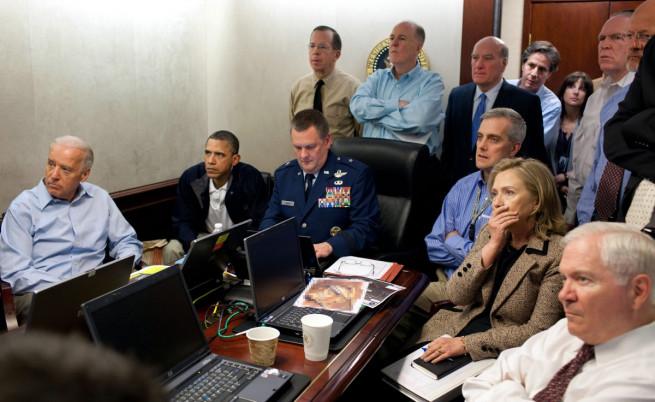 1 май 2011 г.: бившият президент на САЩ Барак Обама, вицепрезидентът Джо Байдън и държавният секретар  Хилари Клинтън следят операцията в Аботабад