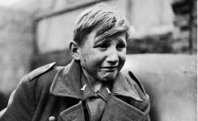 Историята зад снимките на плачещия 16-годишен германски военнопленник